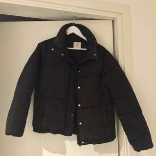En svart puffer jacka från H&M, i strl 34/S. Köpte den i vintras och ör i fint skick