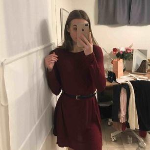 Säljer min mycket fina mörkröda långärmade klänning från Madlady 🥰 Storlek S och superskönt material!! Endast använd 2 gånger