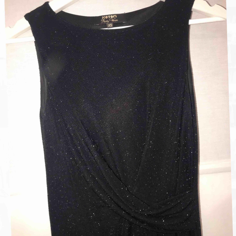 Snygg silverglittrig tight klänning med detalj i midjan. Stretchig och framhäver kurvor. Inbyggd underklänning. 🥰 Aldrig använd. Klänningar.