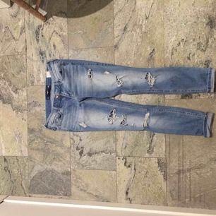 Hollister byxor i en ljusblå färg med slitningar längst benen.