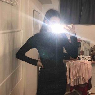 Mycket glittrande långärmad klänning med polokrage! Cutout i ryggen och dragkedja. Perfekt för fest 😉🥰