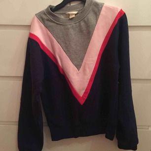 Snygg sweatshirt/collegetröja. Endast använd ett fåtal gånger, perfekt skick! Pris kan diskuteras vid snabbt köp.