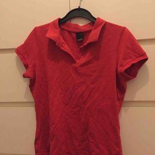 T-shirt med polokrage. Perfekt skick, aldrig använd!