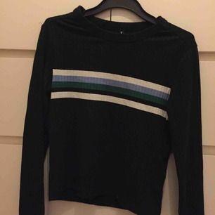 Ribbad marinblå tröja. Jag har annars storlek xs/s men denna M passar mig perfekt då den är lite mindre i storleken. Använd max 3 gånger.
