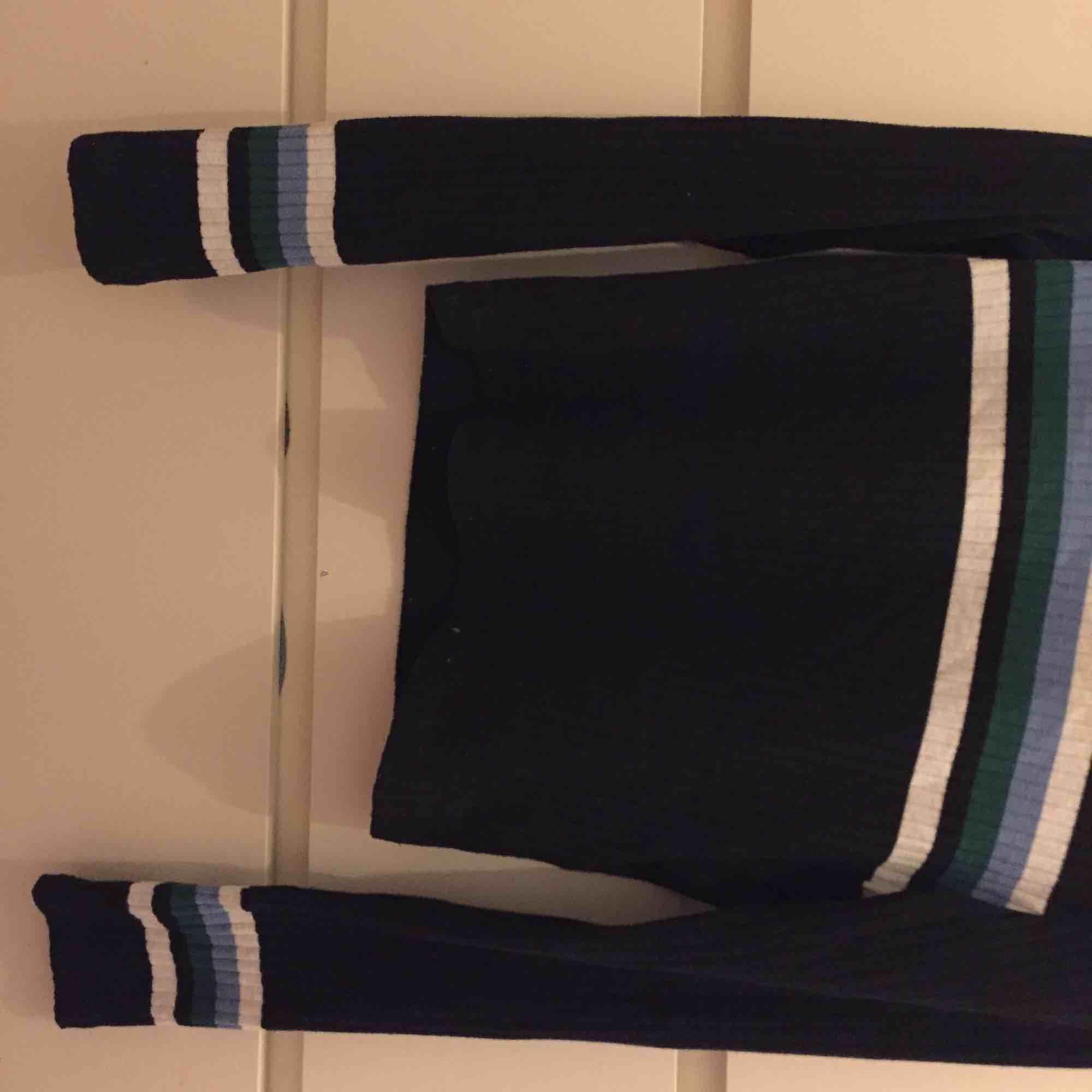 Ribbad marinblå tröja. Jag har annars storlek xs/s men denna M passar mig perfekt då den är lite mindre i storleken. Använd max 3 gånger. . Toppar.