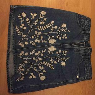 Somrig jeanskjol med broderade blommor på!  Använd ungefär 5 gånger max.