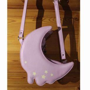 Otroligt söt väska, köpt för ca 300 kr men helt oanvänd och splitterny! Det får plats mycket inuti och innerfack finns. Bandet är justerbart.