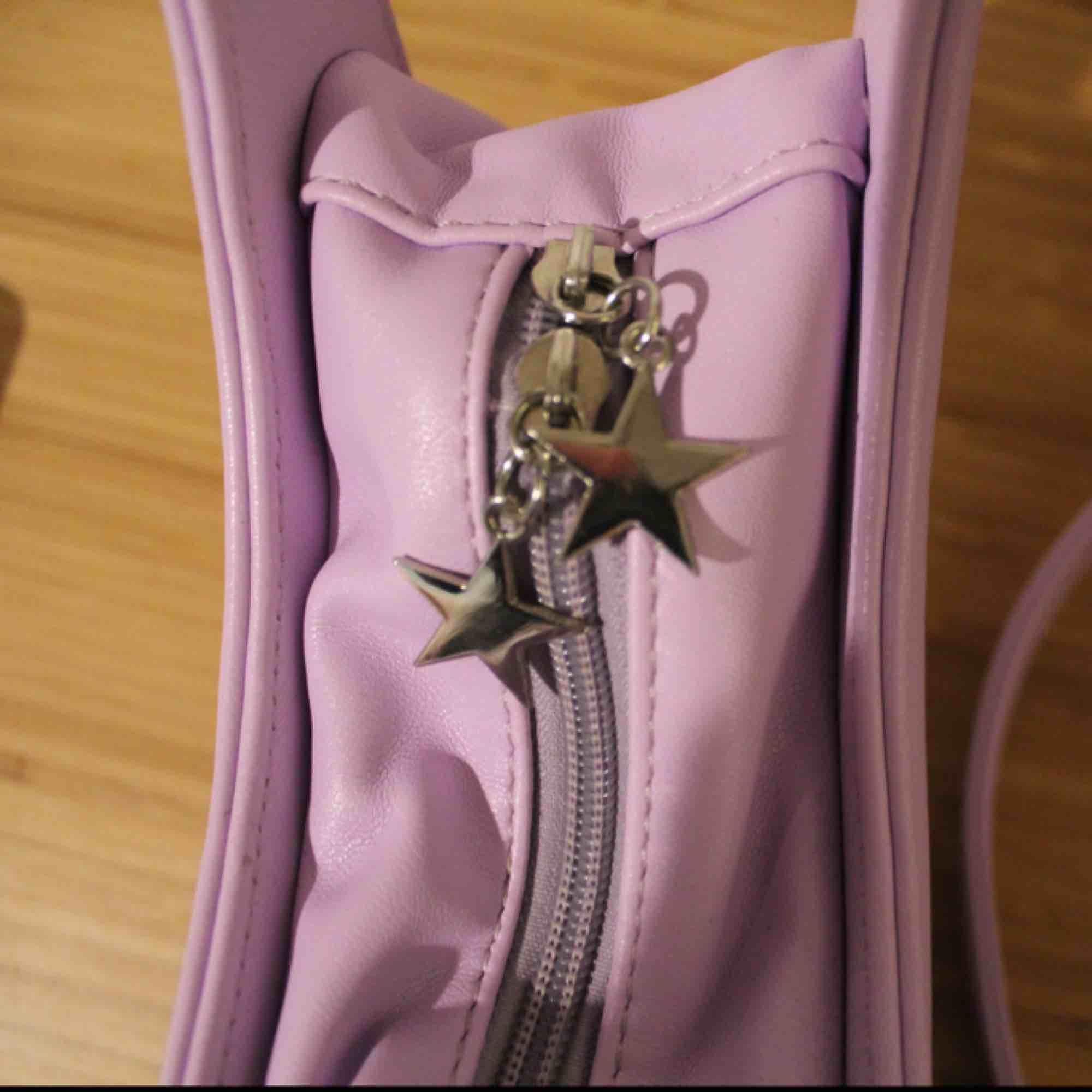 Otroligt söt väska, köpt för ca 300 kr men helt oanvänd och splitterny! Det får plats mycket inuti och innerfack finns. Bandet är justerbart.. Väskor.