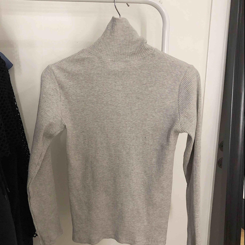 Säljer för den är för stor för mig. Köpt från Zaras barnavdelning storleken passar strl S-M. Bra kvalite och tyg. Helt oanvänd.✨💞. Stickat.