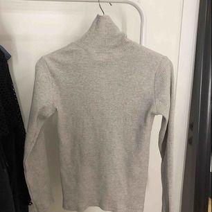 Säljer för den är för stor för mig. Köpt från Zaras barnavdelning storleken passar strl S-M. Bra kvalite och tyg, oanvänd. (OBS PRISET INGÅR FRAKT)😊