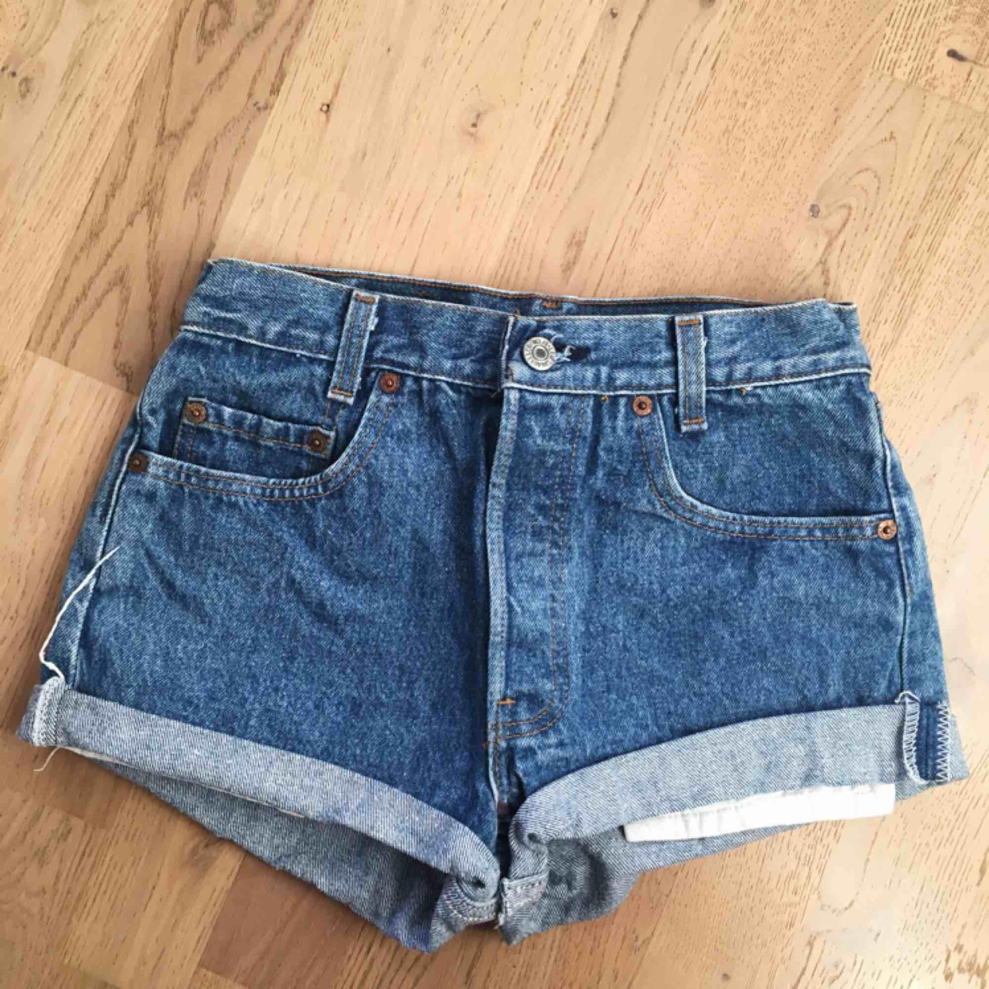 Levis shorts i superskick!  Står W29 L34 men passar xxs/xs skulle jag säga. Säljer pga för små i storleken.  150kr + frakt. . Shorts.