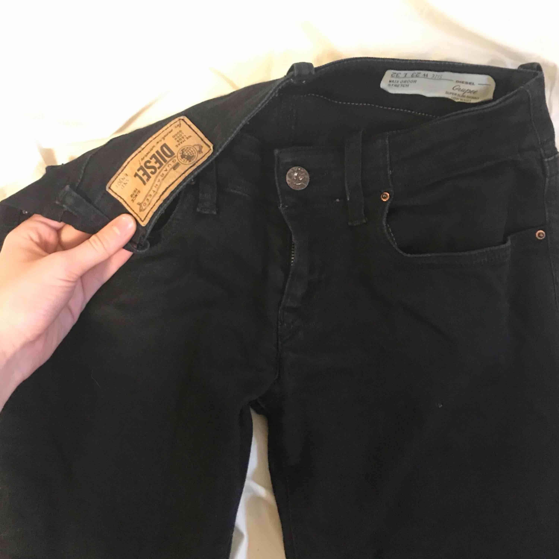 Diesel Jeans. Svarta, tighta (super skinny), stretchiga pch otroligt sköna. Perfekta basic jeansen. Storlek W:23 L:32 (men passar nog snarare W:25). Jeans & Byxor.