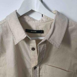Manschester skjorta från Bikbok i en fin cremefärgad färg :) Aldrig använd, enbart lite skrynklig.