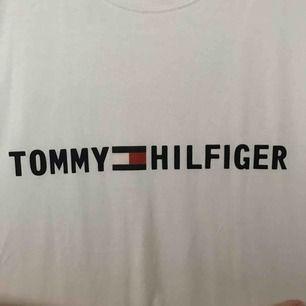 Tommy Hilfiger. ALDRIG ANVÄND. Tror den är fake. Vid frågor eller fler bilder skriv till mig😊