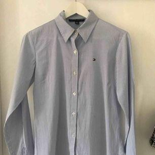 En Tommy hilfiger skjorta. Storlek XL men är mer som en S/M. Fint skick