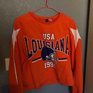 Skitsnygg lite kortare sweatshirt från hm i stark orange färg!