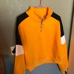 En jätteskön å snygg blockfärgad sweatshirt från hm med snygg dragkedja fram! Inte mycket använd. Storlek L men eftersom den är så kort så passar den mej som har S