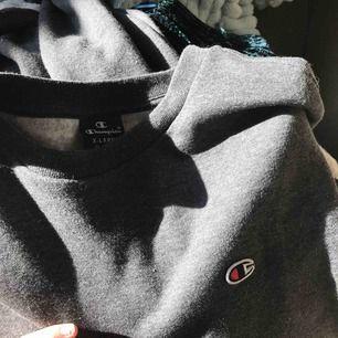 Jättesnygg champion sweatshirt i mörkgrå färg i storlek XL men har klippt av den så den passar mig som brukar ha S. Jättebra skick bara använd fåtal gånger. Skriv om du har frågor!