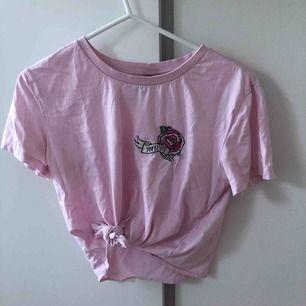 Fin tröja sällan använd ifrån H&M. Har dock lite fläckar (se tredje bilden) men är ingeting man tänker på. Köparen står för frakt