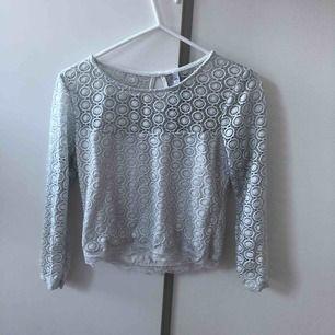 Säljer denna spets tröja ifrån New yorker. Säljer pga inte använder. den är i M men sitter mer som en S. köparen står för frakt