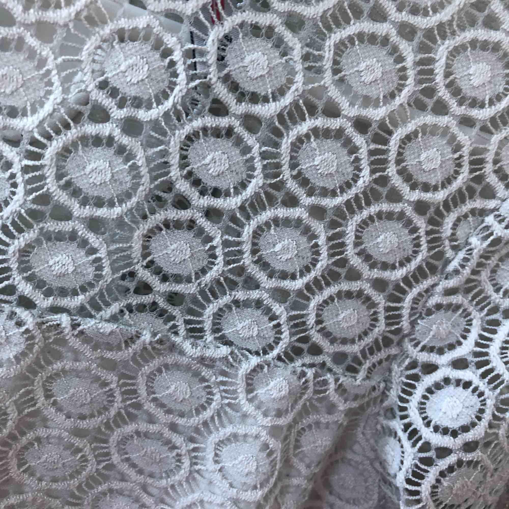 Säljer denna spets tröja ifrån New yorker. Säljer pga inte använder. den är i M men sitter mer som en S. köparen står för frakt . Blusar.