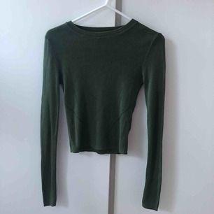 Säljer denna fina gröna tröja. Tröjan är inprinsip aldrig använd och är som ny. Köparen står för frakt.