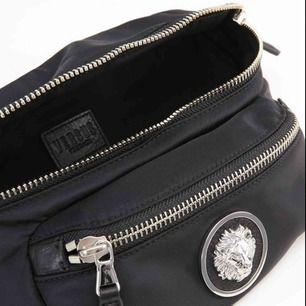 Ny äkta Versace bältesväska,fick som julklapp men behöver snabbt pengar. Nypris 2199kr säljes för 1600kr inte mindre. Frakt tillkommer 55kr