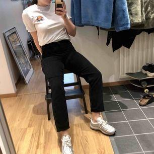 MOM Manchester byxa från Urban Outfitters. En av de skönaste byxorna jag ägt som jag tyvärr inte använder så mycket som jag vill eftersom att jag insett att dom är för små för mig.   Köparen står för frakt 63kr