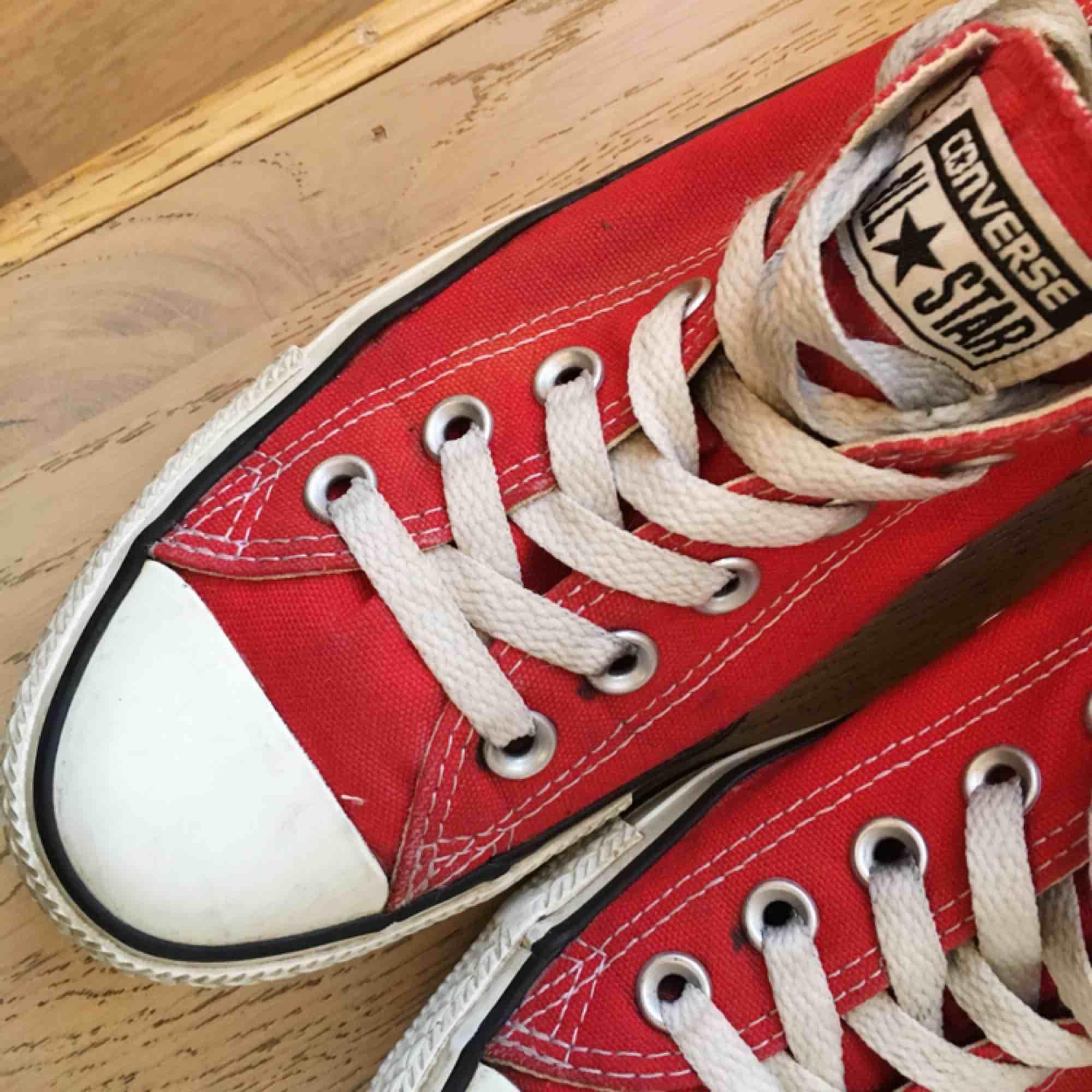Röda låga Converse i bra begagnat skick.  80kr+frakt.. Skor.