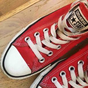 Röda låga Converse i bra begagnat skick.  80kr+frakt.