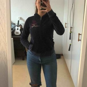 Äkta superfin Juicy Couture zip up hoodie! Bra kondition. Nypris: 1,100kr. Skriv om du har några frågor! :)