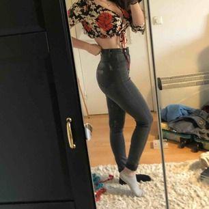 Gråa jeans från fashion nova. Testade men aldrig använda. Nypris: 399kr