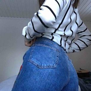 Skithärliga jeans från Zara med imbroderade blommor! Är i princip aldrig använda. Frakt tillkommer🥰
