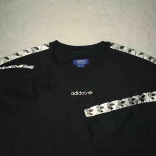 adidas TNT tape sweatshirt i mörkgrön färg 😍 Bud: 540, bin 599!!! BILLIGT PRIS! Checka ut instagram kontot colorblockuf för flera najsa fynd 🤑