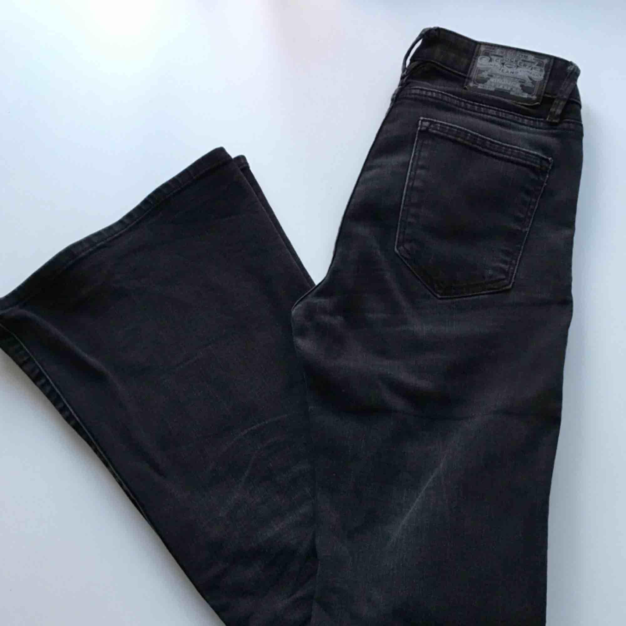 Svarta jeans med bootcut från crocker, det är storlek 27 men jag tycker de är rätt små i storleken. Jeans & Byxor.
