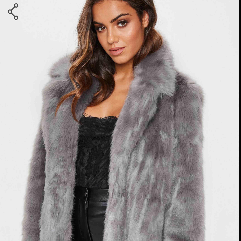 Köpt i fel storlek och hann inte skicka tillbaka i tid. Nypris 980kr  Mjuk och skön fluffig grå jacka med fickor. Fejk päls. Aldrig använd.. Jackor.