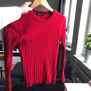 Fin stickad röd tröja! Finns i både röd och vinröd, båda för 200:-