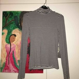 Säljer denna randiga polotröja från H&M! Fint skick och använd ytterst få gånger, köparen står för frakt!