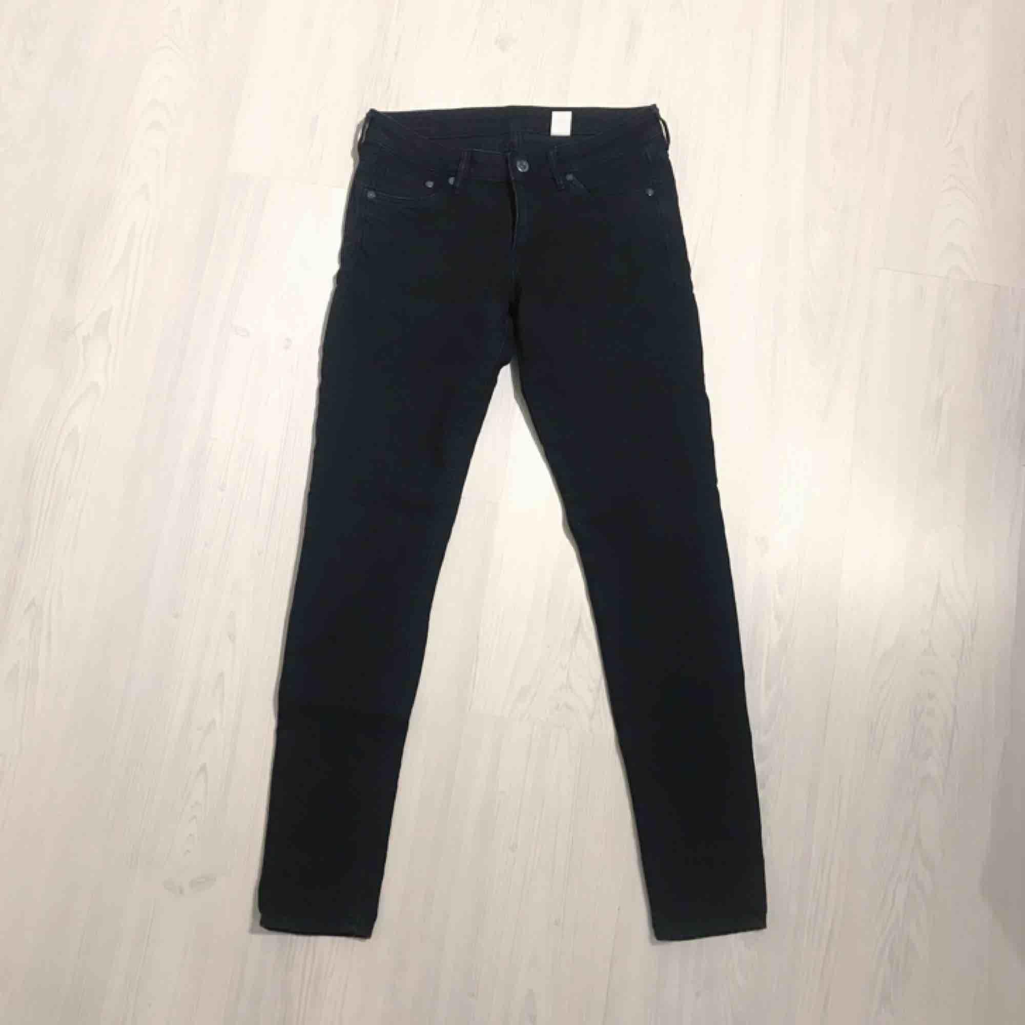 Svarta super skinny low waist jeans från H&M i normalt skick! Frakt på 55 kr tillkommer 🌟🌟. Jeans & Byxor.