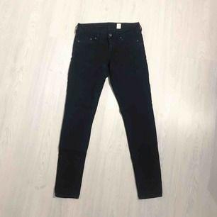 Svarta super skinny low waist jeans från H&M i normalt skick! Frakt på 55 kr tillkommer 🌟🌟
