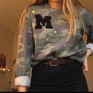 Militär-sweatshirt från BikBok med slitna detaljer i muddarna. Fint skick