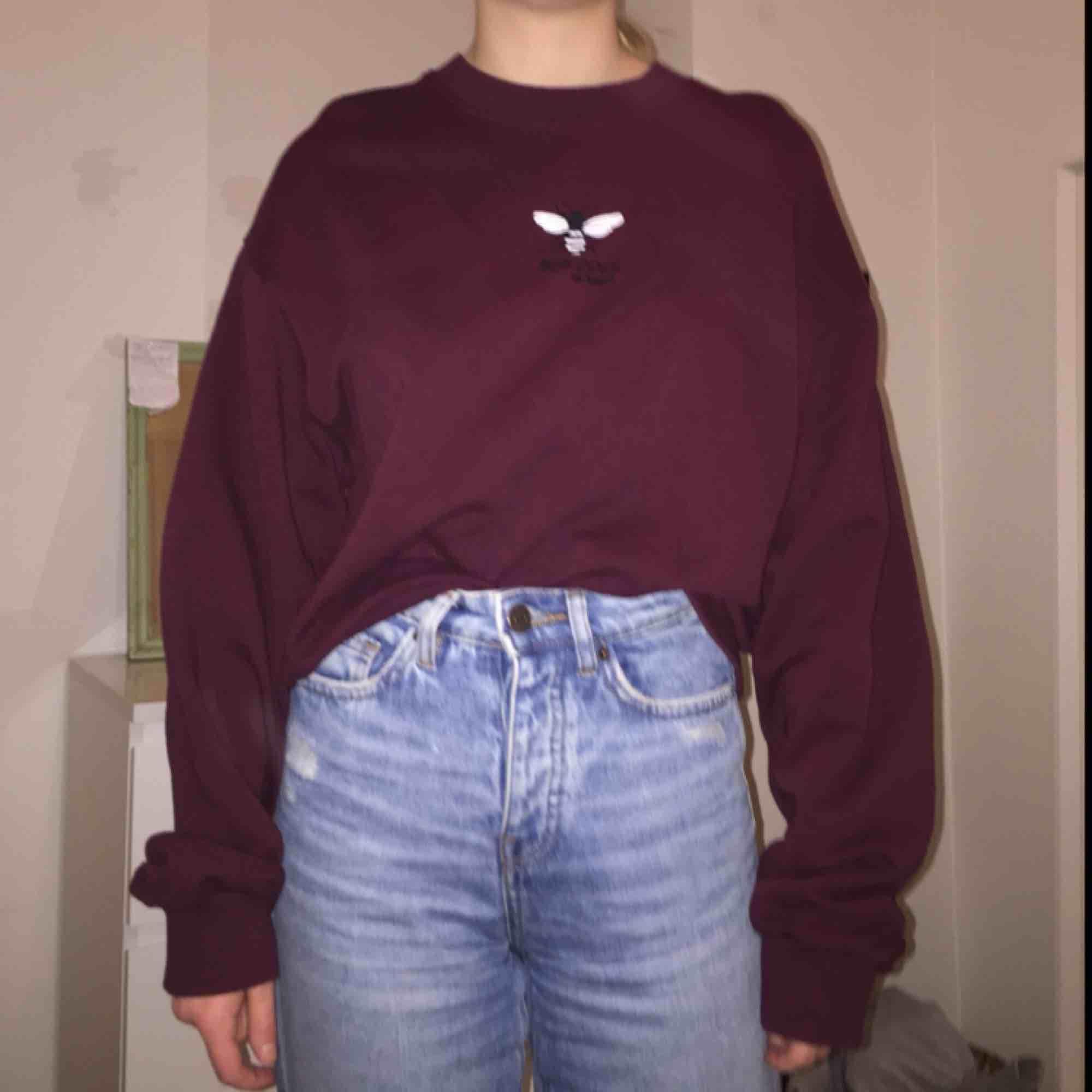 Så SKÖN sweater från Bershka, köparen står för frakt 🥰. Huvtröjor & Träningströjor.