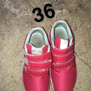 Båda skorna använda full fungerade 50kr/st