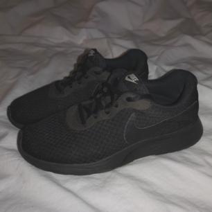 Säljer ett par Nike skor i modellen Tanjun! Använda men i bra skick! Har även tvättat av dem och köpt nya skosnören så de ser som nya ut! ❤️  Frakt 50kr! 🚛