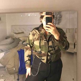 Skit cool militär jacka i bra skick som går att stylas på många sätt! Pris kan diskuteras!