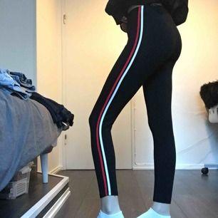 Säljer ett par jätte stretchiga tights med stripes på båda sidorna