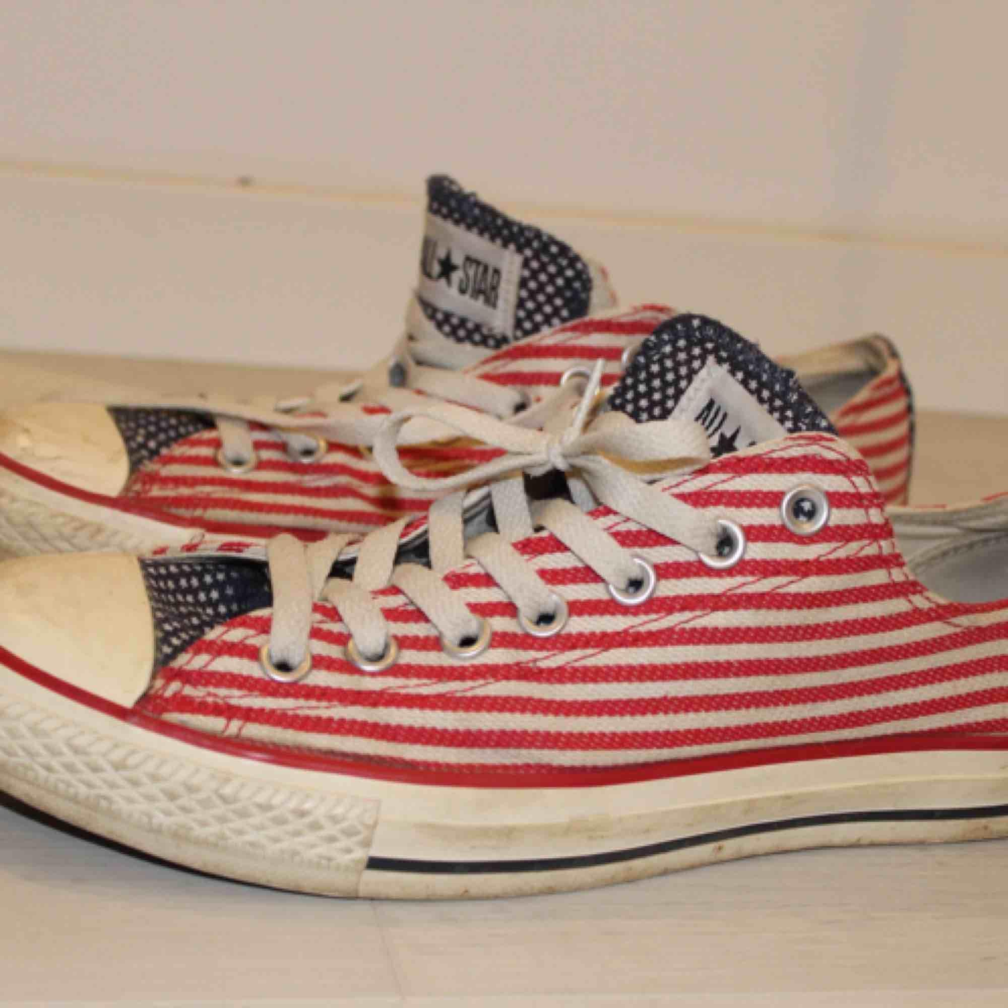 Converse i USA mönster!  Använda, men i gott skick!  Köpare står för eventuell frakt 🌸. Skor.