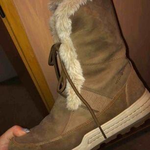 Varmfodrade skor från ECCO, som tål uppemot -30 grader. Samma mjuka foder inuti som utanpå. Vattentåliga. Obetydligt använda då de inte passade mina fötter! Nypris ca 1500kr Visa mindre