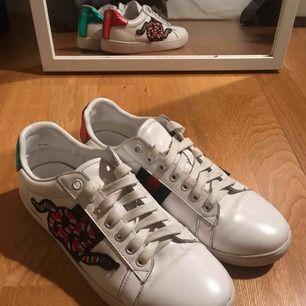 GUCCI Ace Sneakers med broderade ormar  Storlek 38 Äkta läder! Endast använda ett par gånger då de inte passar min stil så bra! Skickas med en dustbag  OBS! Dessa är INTE äkta Gucci! A-kopior