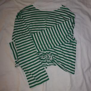 Randig långärmad tröja som aldrig använts 🐸 Grönrandig med knytning framtill! Frakt 30 kr! 🚛